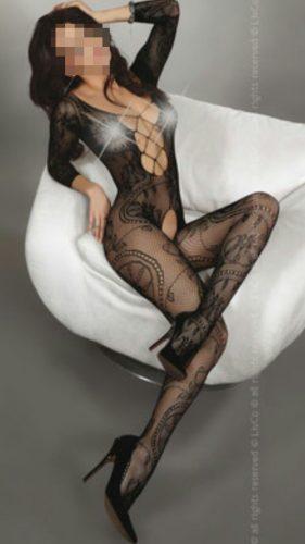 Cıvıl-cıvıl sakso çeken kadın Alarcin