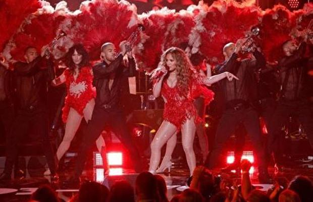 Jennifer Lopez Cengiz Abazoğlu'nun tasarımı ile sahnede
