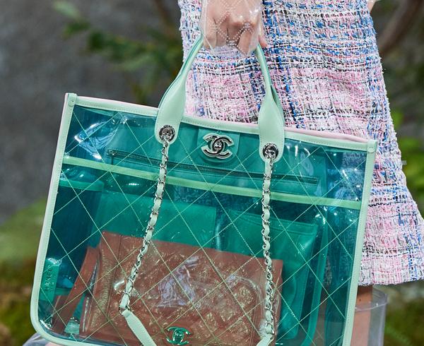 Yağmurlu günler nedeniyle Chanel'den ilginç koleksiyon